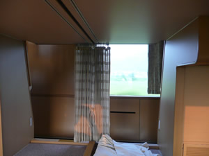 サンライズ瀬戸号車内,窓側から廊下側を見る